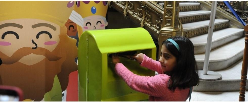 Niños vuelven al correo tradicional para peticiones a los Reyes Magos