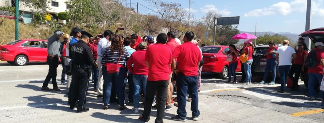 CETEG también bloquea la autopista del Sol en Chilpancingo