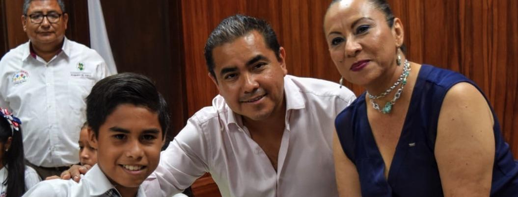 Javier Solorio entrega segunda remesa de beca a Cabildo Infantil