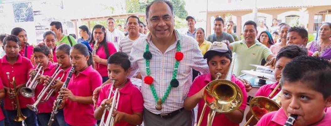 Astudillo entrega apoyos a familias y productores de Igualapa