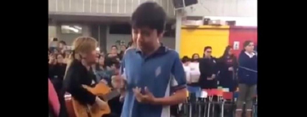 Este video de hijo cantándole a su madre sordo-muda te hará llorar