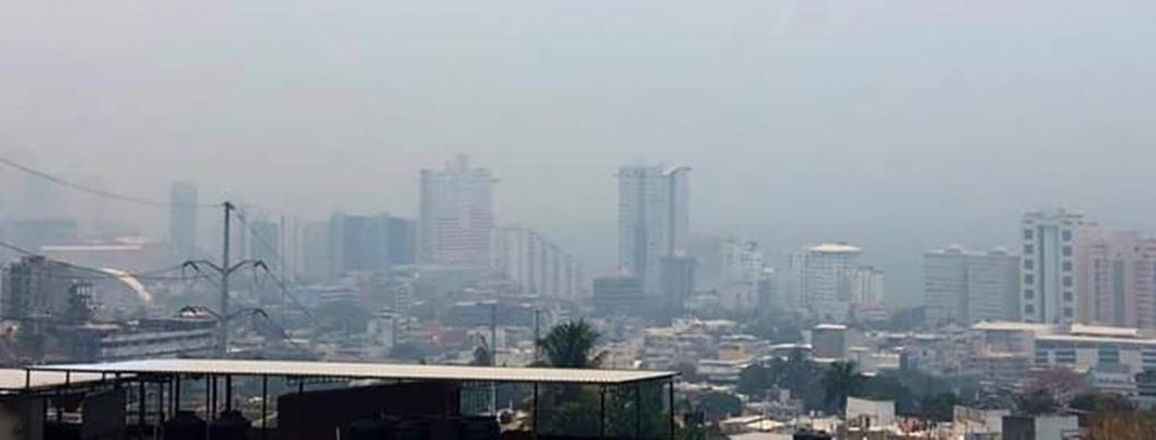 Acapulco se viste de humo por incendios forestales