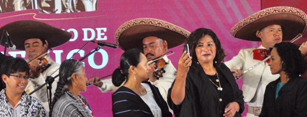 Festejo de madres en Palacio, sombrío por asesinatos del narco