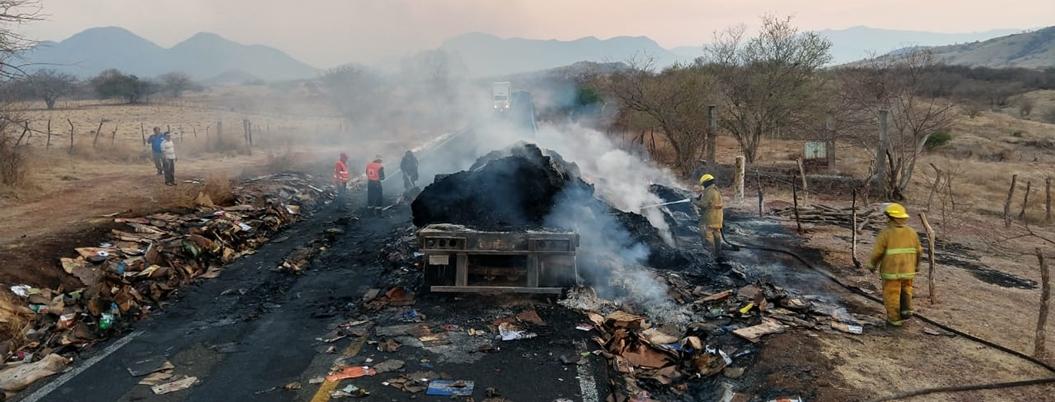Tráiler se incendia en carretera de Ciudad Altamirano