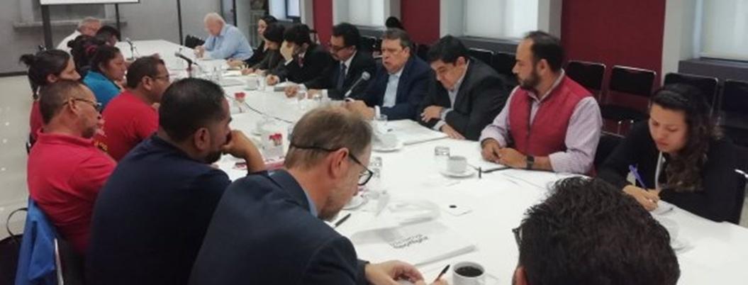 Ángel Aguirre da la cara; se reúne a la fuerza con padres de los 43