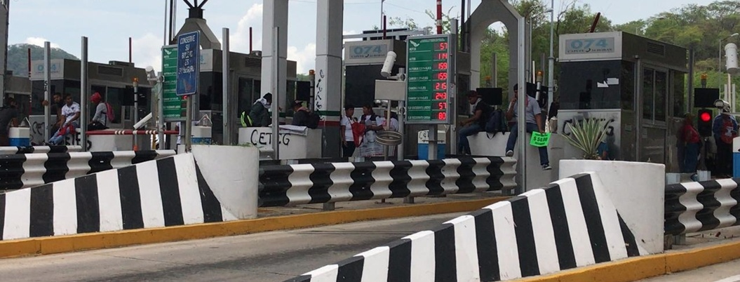 Padres de los 43 toman la caseta de La Venta en Acapulco