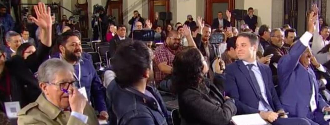 Reporteros votan a mano alzada para que no haya Mañanera el lunes