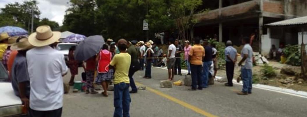 Pobladores saquean camión y bodega con fertilizante en Tecoanapa