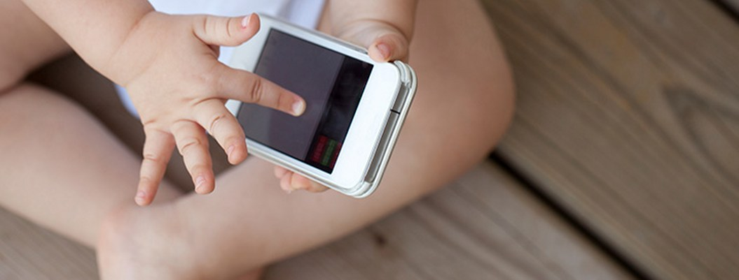 Uso excesivo del celular le provoca miopía a niña de 2 años