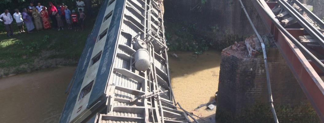 Descarrilamiento de tren deja cinco muertos en Bangladesh