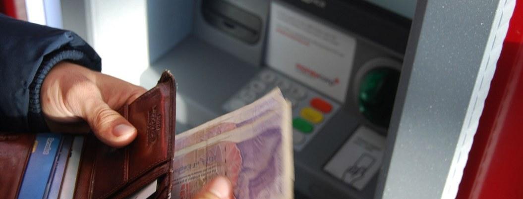 Cajero automático enloquece y lanza lluvia de billetes| VIDEO