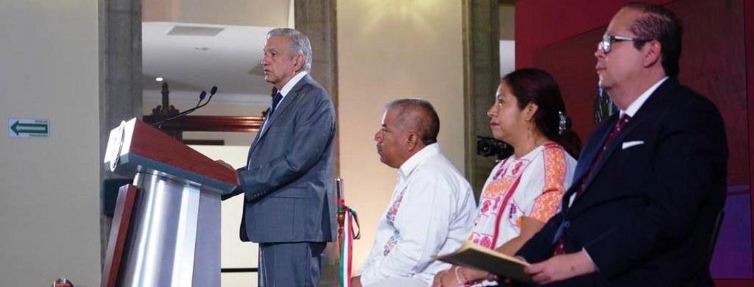 AMLO entrega cheques de apoyo a pueblos pobres de Guerrero