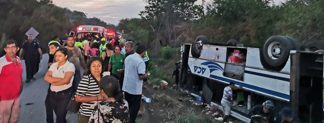 Volcadura de autobús deja diez heridos en Coyuca de Benítez