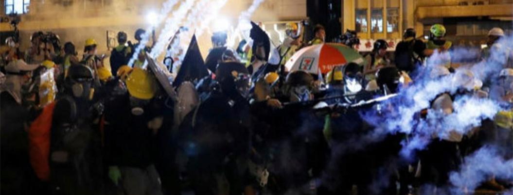 Antimotines reprimen manifestación en Hong Kong