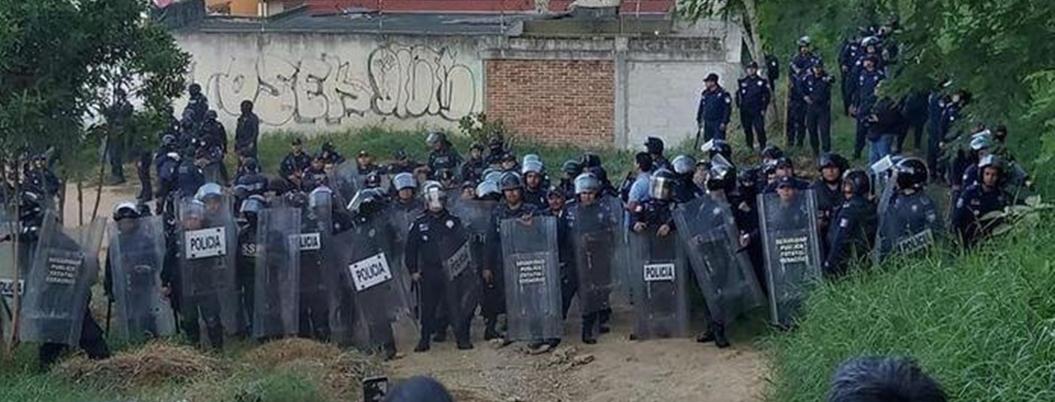 Antorchistas y policías se dan hasta con las chanclas en Veracruz