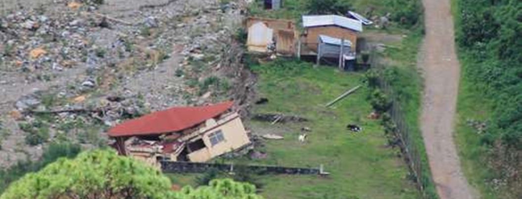 AMLO reconstruirá casas dañadas por Ingrid y Manuel en La Montaña