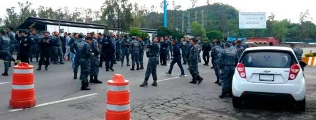 Policías federales mantienen cerrada autopista México-Pachuca