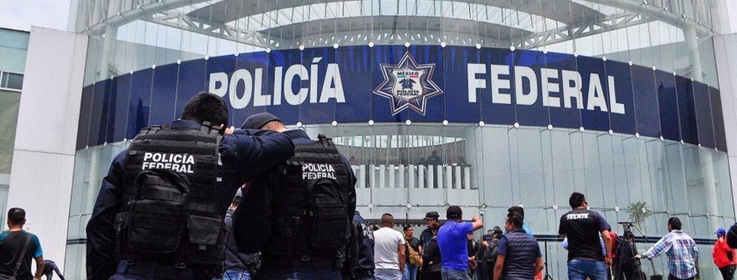 """""""Luchamos por nuestros derechos"""", responden policías federales a AMLO"""