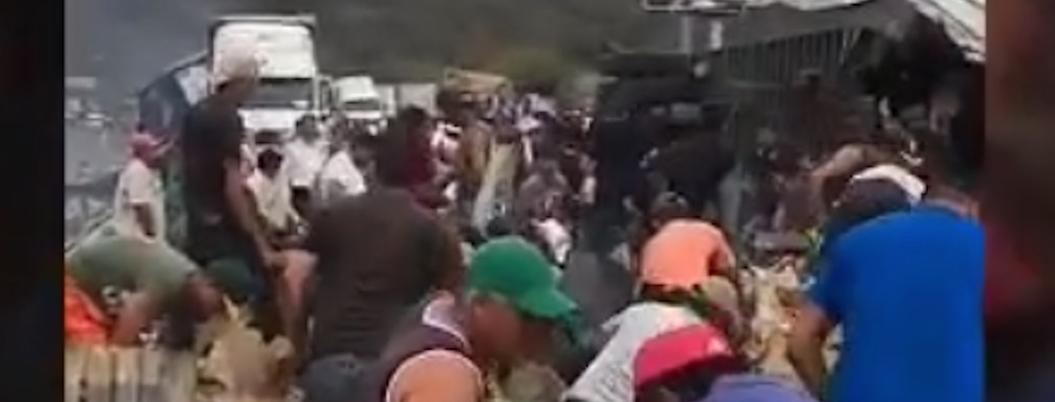 Pobladores rapiñan trailer de sopa mientras chofer muere calcinado