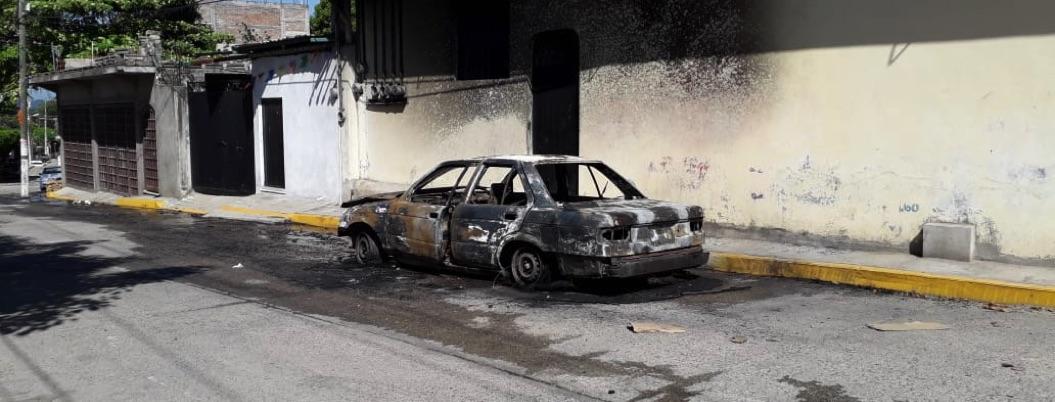 Hombres armados prenden fuego a taxi en la Sabana, Acapulco