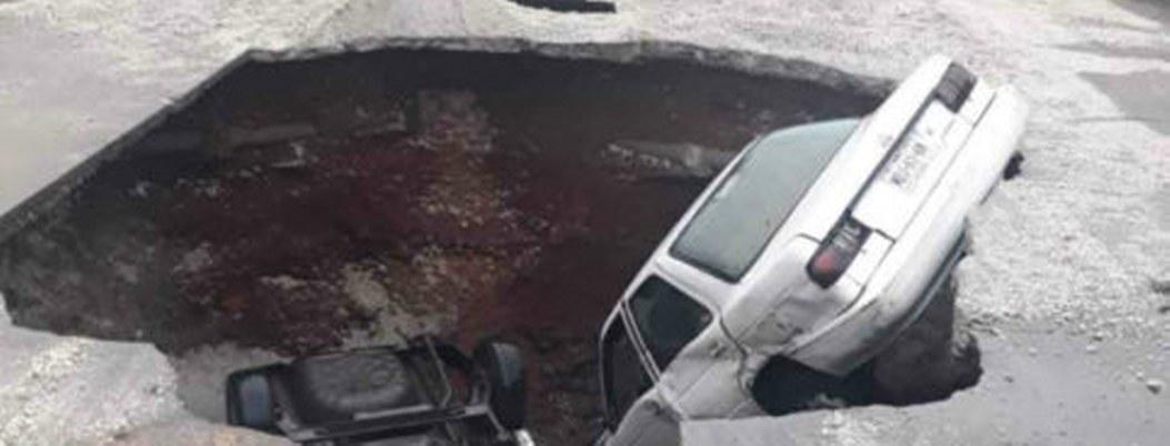 Caen dos vehículos a socavón de tres metros de profundidad en Ecatepec
