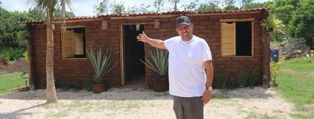 Mexicano construye casas de sargazo y atrae interés mundial