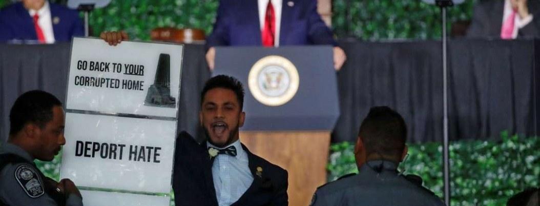 Hijo de migrantes irrumpe en pleno discurso de Trump