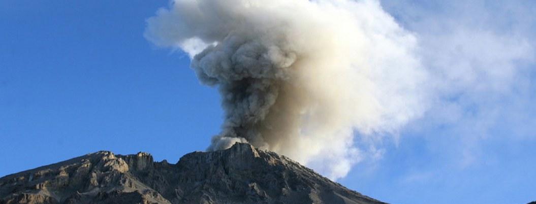 Recomiendan evacuar pueblos cercanos al volcán Ubinas en Perú