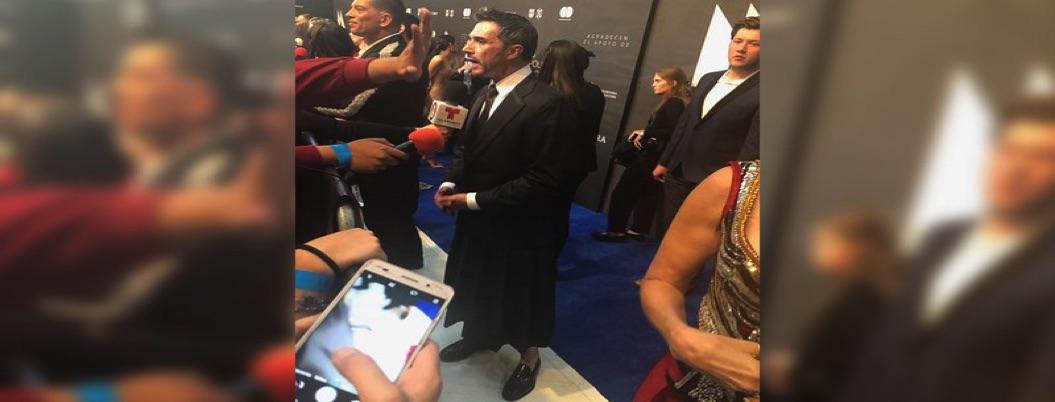 Mayer llega con vestidazo a gala; en apoyo a las feministas, dice