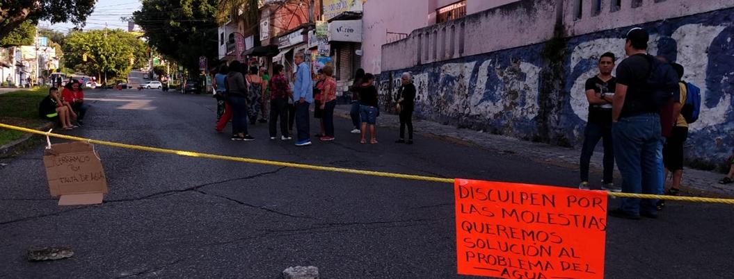 Bloquean avenida por falta de agua en Cuernavaca