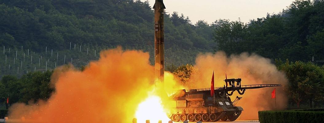 Corea del Norte prueba nueva arma en presencia de su dictador