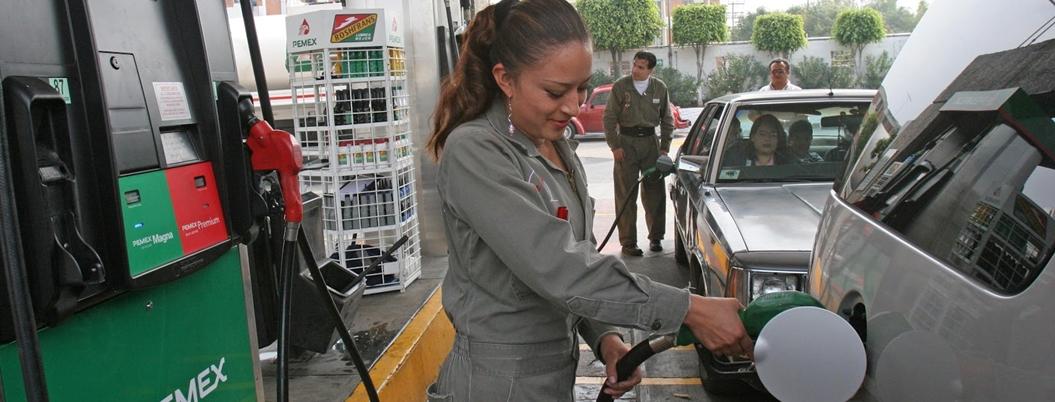 Plantean eliminar el pago en efectivo de gasolina y peajes