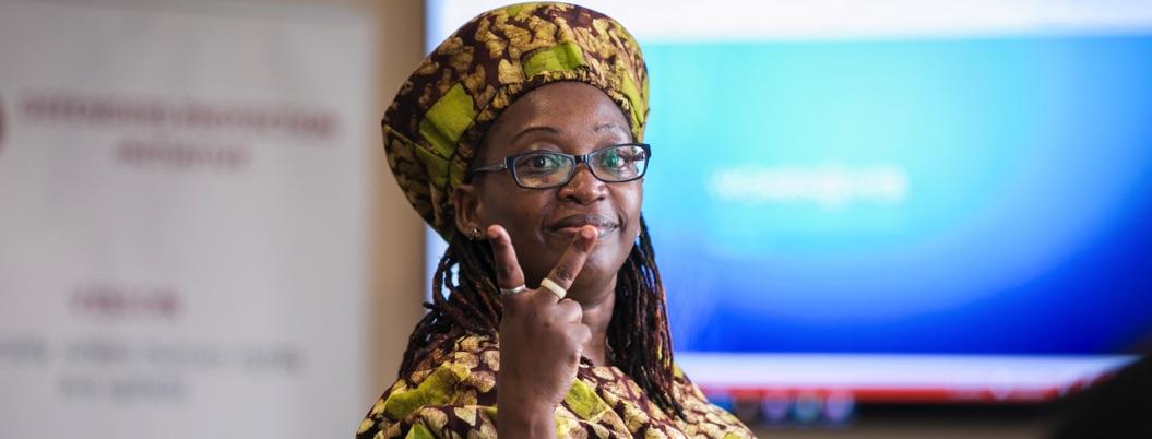 Encarcelan a poeta ugandesa por poema contra presidente de su país