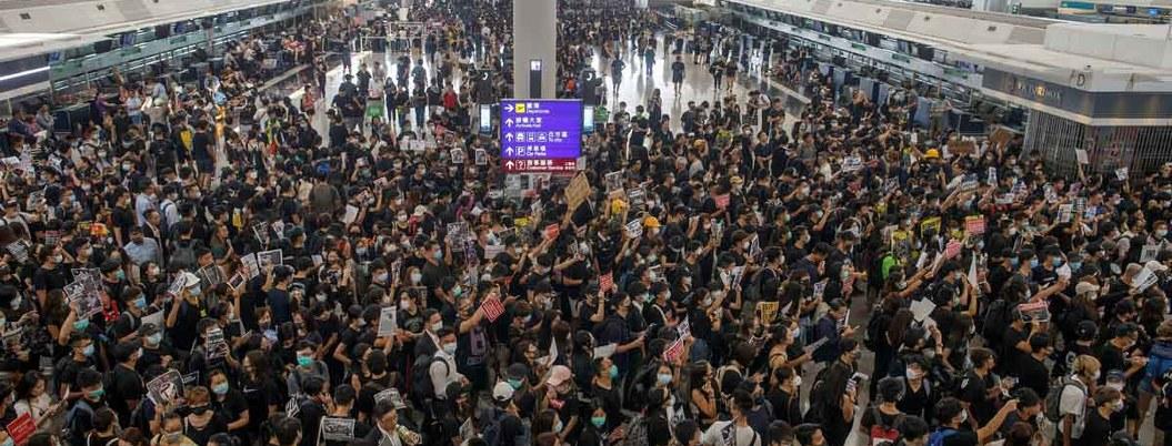 Aeropuerto de Hong Kong cancela vuelos por la multitudinaria protesta