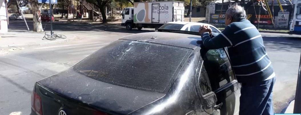Vendedor ambulante agrede a automovilista que no quiso comparle