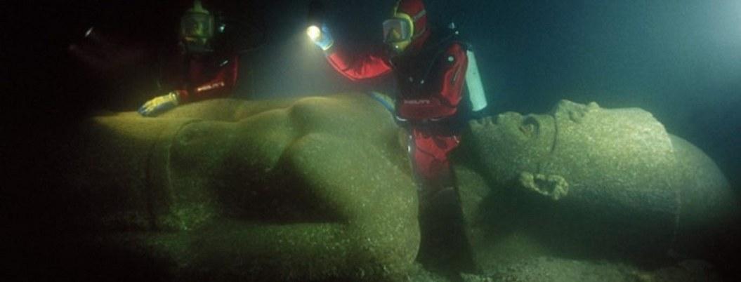 Hallan ciudad egipcia con grandes tesoros bajo el agua