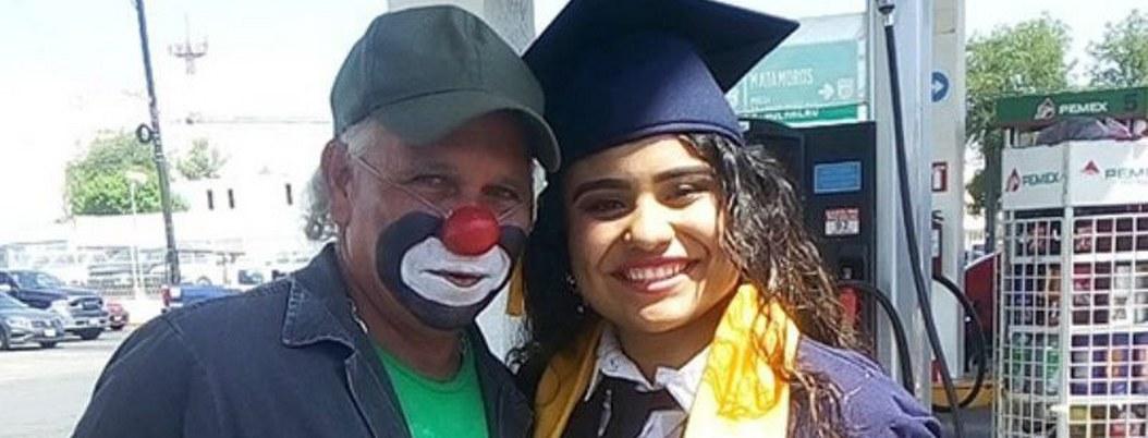 Graduada lleva su título hasta la gasolinera donde trabaja su papá