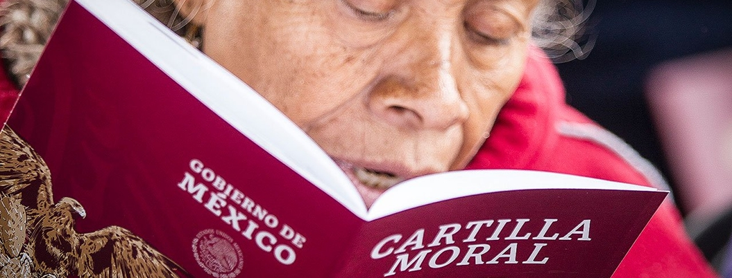 Obrador pondrá a adultos mayores a repartir Cartilla Moral