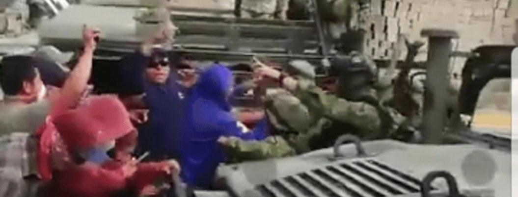 Pobladores azuzados por delincuentes agreden a soldados| VIDEO