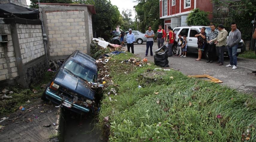Lluvias tiran bardas, arrastran coches, inundan casas en Cuernavaca 3