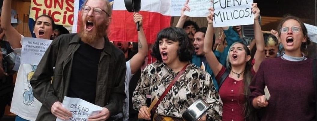 Mon Laferte protesta contra Piñera en la embajada chilena en México