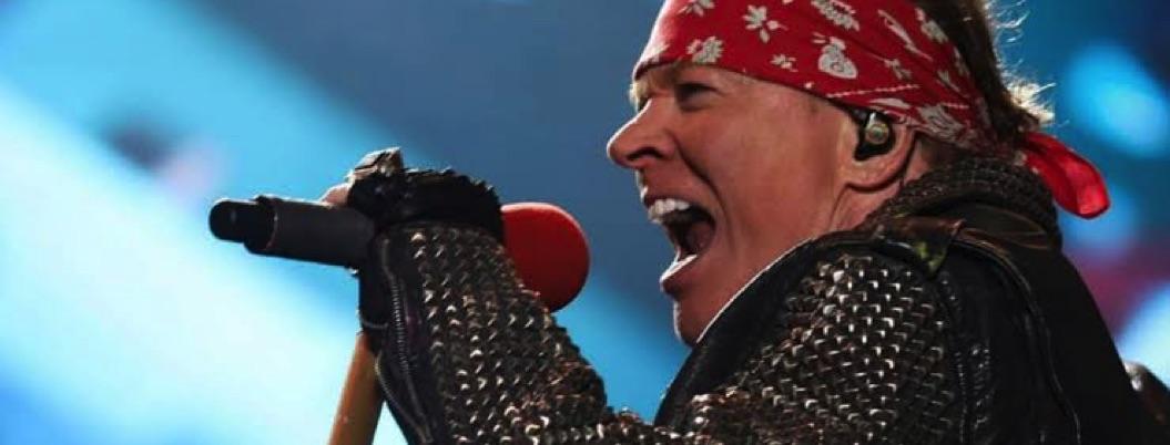 Axl Rose hace un Juan Gabriel en pleno concierto en EU   VIDEO