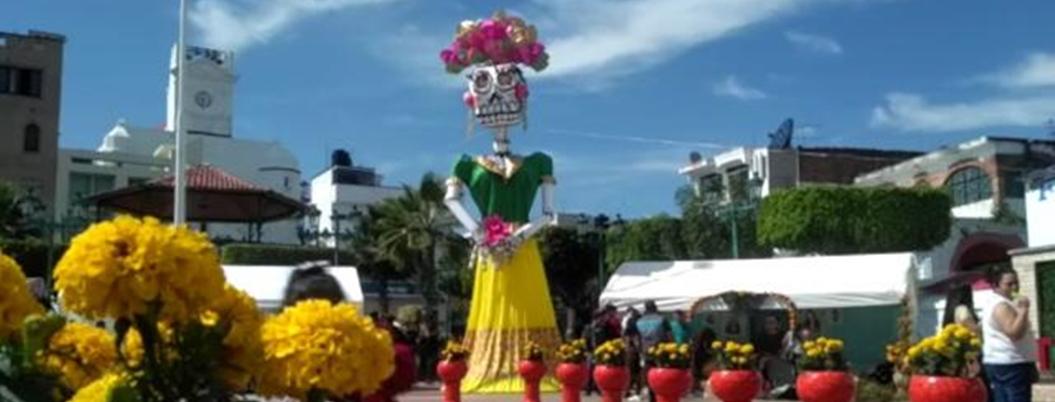 Catrina de 15 metros adorna el Zócalo de Teloloapan, Guerrero