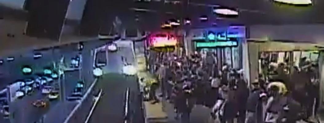 Hombre ebrio resbala y cae a las vías del tren | VIDEO