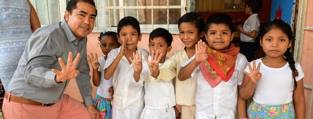 Solorio apoya la educación de sectores necesitados en Acapulco