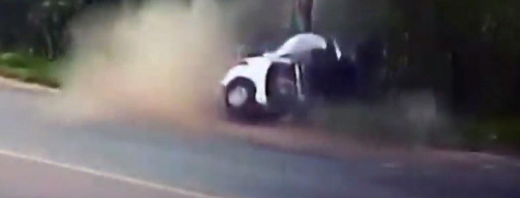 VIDEO| auto choca y se parte en dos; muere una joven