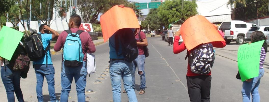 Maestros de la CETEG bloquean avenida en Chilpancingo