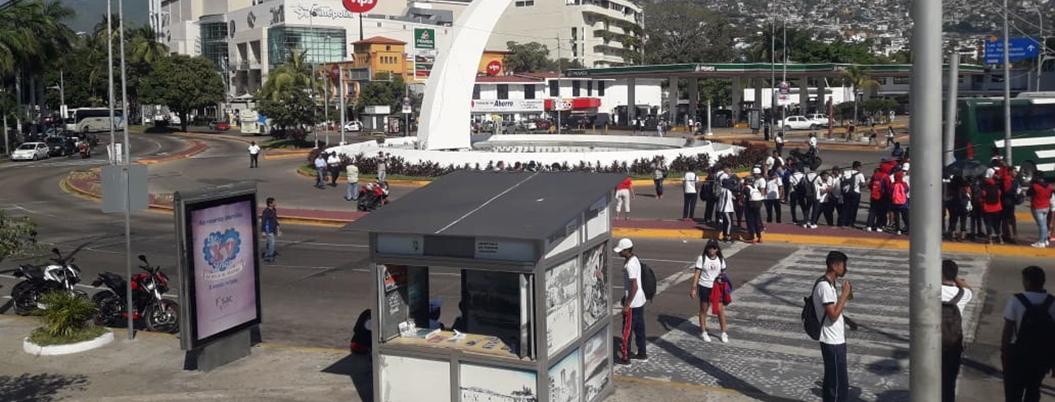 Estudiantes de Educación Física bloquean la Costera de Acapulco
