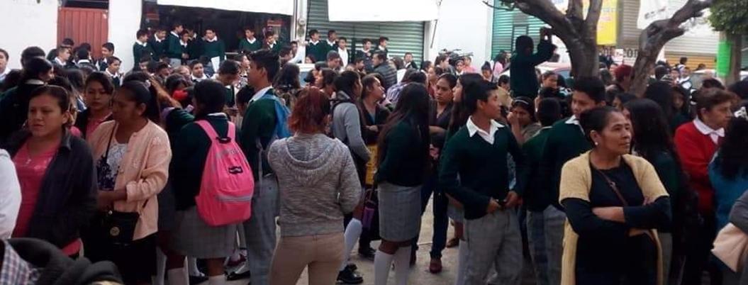 Padres de familia toman secundaria en Apaxtla, Guerrero