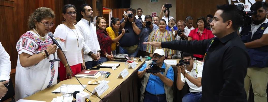 Adela Román toma protesta a nuevo secretario de Finanzas
